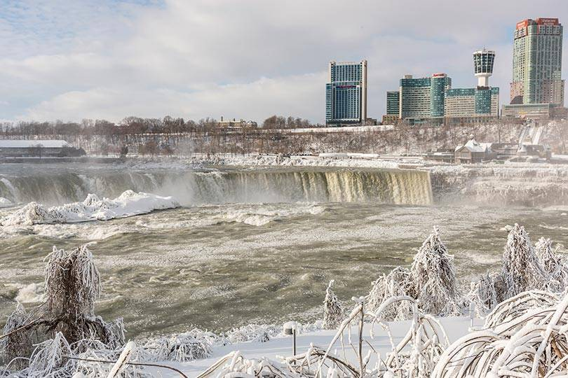 Experience the stunning beauty of Niagara Falls in the winter